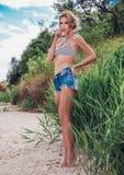 Όμορφο κορίτσι που στηρίζεται στην παραλία Στοκ φωτογραφίες με δικαίωμα ελεύθερης χρήσης