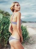 Όμορφο κορίτσι που στηρίζεται στην παραλία Στοκ εικόνες με δικαίωμα ελεύθερης χρήσης