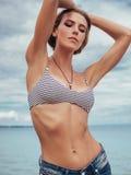 Όμορφο κορίτσι που στηρίζεται στην παραλία Στοκ Εικόνες