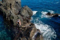 Όμορφο κορίτσι που στηρίζεται στη φυσική ωκεάνια πισίνα στοκ φωτογραφίες με δικαίωμα ελεύθερης χρήσης
