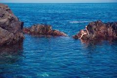 Όμορφο κορίτσι που στηρίζεται στη φυσική ωκεάνια πισίνα στοκ φωτογραφία με δικαίωμα ελεύθερης χρήσης