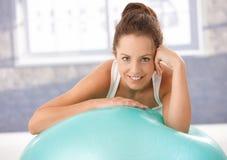 Όμορφο κορίτσι που στηρίζεται στο fitball μετά από τη γυμναστική Στοκ Φωτογραφίες