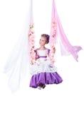 Όμορφο κορίτσι που ταλαντεύεται στη floral ταλάντευση Στοκ Φωτογραφίες