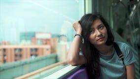 Όμορφο κορίτσι που ταξιδεύει σε ένα τραίνο υπόγεια απόθεμα βίντεο