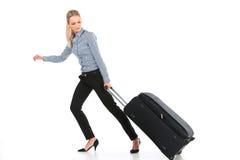 Όμορφο κορίτσι που τρέχει με τις μεγάλες αποσκευές Στοκ Εικόνα