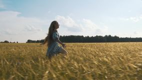 Όμορφο κορίτσι που τρέχει στον ηλιοφώτιστο τομέα σίτου Σε αργή κίνηση 120 fps Φλόγα φακών ήλιων μαύρη ελευθερία έννοιας που απομο φιλμ μικρού μήκους