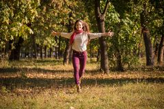 Όμορφο κορίτσι που τρέχει στο πάρκο φθινοπώρου στοκ φωτογραφία με δικαίωμα ελεύθερης χρήσης