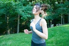 Όμορφο κορίτσι που τρέχει στο πάρκο στοκ εικόνα με δικαίωμα ελεύθερης χρήσης