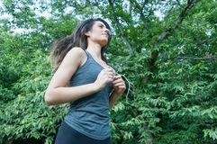 Όμορφο κορίτσι που τρέχει στο πάρκο στοκ φωτογραφία με δικαίωμα ελεύθερης χρήσης