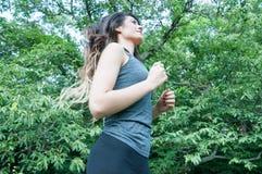 Όμορφο κορίτσι που τρέχει στο πάρκο στοκ εικόνες