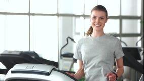 Όμορφο κορίτσι που τρέχει treadmill απόθεμα βίντεο