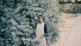 Όμορφο κορίτσι που τραγουδά ένα τραγούδι κοντά σε ένα πράσινο δέντρο απόθεμα βίντεο