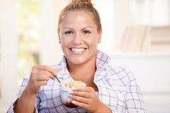 Όμορφο κορίτσι που τρώει να κάνει δίαιτα γιαουρτιού στο σπίτι το χαμόγελο Στοκ εικόνες με δικαίωμα ελεύθερης χρήσης