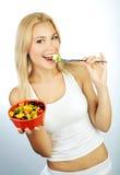 Όμορφο κορίτσι που τρώει τους καρπούς Στοκ φωτογραφία με δικαίωμα ελεύθερης χρήσης