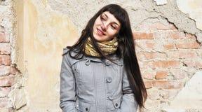 όμορφο κορίτσι που φαίνετ& Στοκ Φωτογραφία