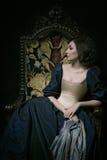 Όμορφο κορίτσι που φορά ένα μεσαιωνικό φόρεμα Εργασίες στούντιο που εμπνέονται από Caravaggio cris XVII στοκ φωτογραφίες με δικαίωμα ελεύθερης χρήσης