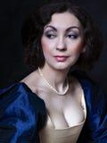 Όμορφο κορίτσι που φορά ένα μεσαιωνικό φόρεμα Εργασίες στούντιο που εμπνέονται από Caravaggio cris XVII στοκ φωτογραφία με δικαίωμα ελεύθερης χρήσης