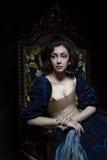 Όμορφο κορίτσι που φορά ένα μεσαιωνικό φόρεμα Εργασίες στούντιο που εμπνέονται από Caravaggio cris XVII στοκ εικόνες