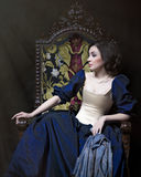 Όμορφο κορίτσι που φορά ένα μεσαιωνικό φόρεμα Εργασίες στούντιο που εμπνέονται από Caravaggio cris XVII στοκ εικόνα