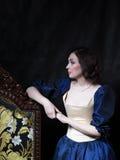 Όμορφο κορίτσι που φορά ένα μεσαιωνικό φόρεμα XVII Στοκ Εικόνες