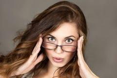 Όμορφο κορίτσι που φορά τα γυαλιά στοκ φωτογραφίες