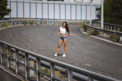 Όμορφο κορίτσι που φορά τα καυτά εσώρουχα και την άσπρη κορυφή κοιλιών στοκ εικόνες με δικαίωμα ελεύθερης χρήσης
