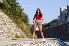 Όμορφο κορίτσι που φορά τα καυτά εσώρουχα και την κόκκινη κορυφή κοιλιών Στοκ Εικόνα