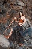 Όμορφο κορίτσι που φορά το Αμαζόνιο ή ένας Βίκινγκ στοκ φωτογραφίες