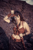 Όμορφο κορίτσι που φορά το Αμαζόνιο ή ένας Βίκινγκ στοκ εικόνες