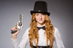 Όμορφο κορίτσι που φορά το αναδρομικό καπέλο Στοκ φωτογραφία με δικαίωμα ελεύθερης χρήσης