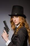 Όμορφο κορίτσι που φορά το αναδρομικό καπέλο Στοκ εικόνα με δικαίωμα ελεύθερης χρήσης