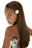 Όμορφο κορίτσι που φορά το φόρεμα νησιών που κοιτάζει πέρα από το shoulde της στοκ φωτογραφίες