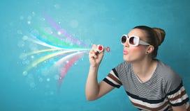 Όμορφο κορίτσι που φυσά τις αφηρημένες ζωηρόχρωμες φυσαλίδες και τις γραμμές Στοκ εικόνα με δικαίωμα ελεύθερης χρήσης