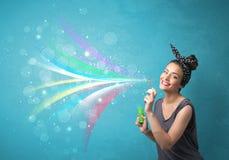 Όμορφο κορίτσι που φυσά τις αφηρημένες ζωηρόχρωμες φυσαλίδες και τις γραμμές Στοκ φωτογραφίες με δικαίωμα ελεύθερης χρήσης