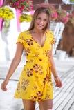 Όμορφο κορίτσι που χαμογελά σε ένα κίτρινο φόρεμα στοκ φωτογραφία με δικαίωμα ελεύθερης χρήσης
