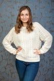 Όμορφο κορίτσι που χαμογελά σε μια αναδρομική ανασκόπηση Στοκ Εικόνες