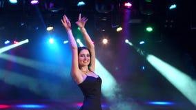 Όμορφο κορίτσι που χορεύει σε ένα κόμμα, σε αργή κίνηση απόθεμα βίντεο
