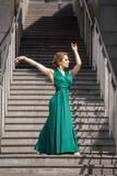 Όμορφο κορίτσι που χορεύει στην πόλη Στοκ Εικόνες