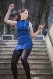 Όμορφο κορίτσι που χορεύει στην υπόγεια διάβαση σταθμών σιδηροδρόμου Στοκ Εικόνες