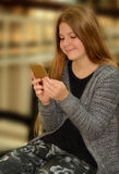 Όμορφο κορίτσι που χρησιμοποιεί το τηλέφωνο κυττάρων της Στοκ εικόνα με δικαίωμα ελεύθερης χρήσης