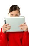 όμορφο κορίτσι προσώπου η κρύβοντας αφή μαξιλαριών της Στοκ Εικόνες