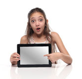 Όμορφο κορίτσι προ-εφήβων που παρουσιάζει υπολογιστή ταμπλετών Στοκ εικόνες με δικαίωμα ελεύθερης χρήσης