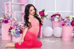 Όμορφο κορίτσι σε ένα έξυπνο φόρεμα στο στούντιο όμορφη διακόσμηση στοκ φωτογραφίες με δικαίωμα ελεύθερης χρήσης