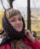 Όμορφο κορίτσι σε ένα κόκκινο παλτό Στοκ εικόνες με δικαίωμα ελεύθερης χρήσης
