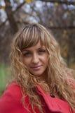 Όμορφο κορίτσι σε ένα κόκκινο παλτό Στοκ εικόνα με δικαίωμα ελεύθερης χρήσης