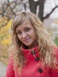 Όμορφο κορίτσι σε ένα κόκκινο παλτό Στοκ Εικόνα
