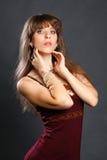 Όμορφο κορίτσι σε ένα κόκκινο φόρεμα Στοκ Φωτογραφίες