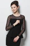 Όμορφο κορίτσι σε ένα μαύρο φόρεμα βραδιού Στοκ Εικόνες