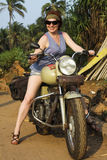 Όμορφο κορίτσι σε ένα ποδήλατο στοκ φωτογραφίες με δικαίωμα ελεύθερης χρήσης