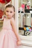 Όμορφο κορίτσι σε ένα ρόδινο φόρεμα στο κατάστημα Στοκ φωτογραφία με δικαίωμα ελεύθερης χρήσης